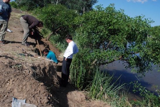 El financista. El directivo de EIDICO, Jorge O'Reilly, presente en la excavación que contrató. (Foto: Ignacio Smith, Indymedia, 3 de diciembre de 2008)