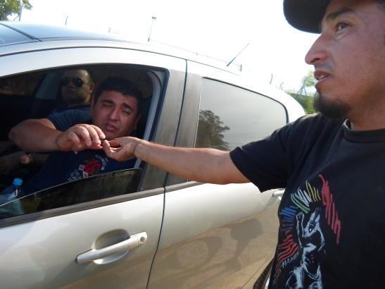 Valentín, integrante del Movimiento en Defensa de la Pacha, muestra una cerámica indígena a dos policías que llegaron tras una denuncia al 911.