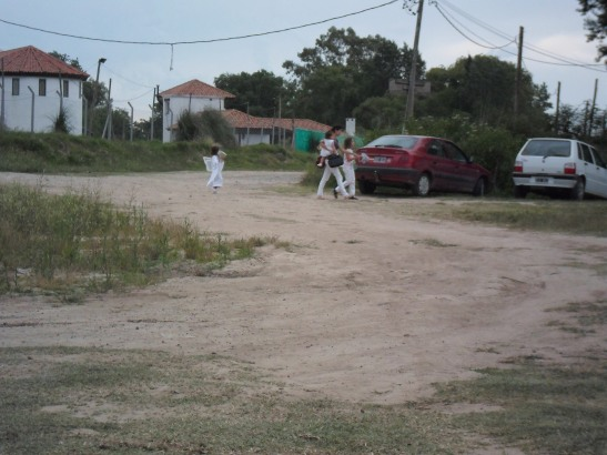 Minutos después, vecinos del country tuvieron un acto escolar. Como si nada.