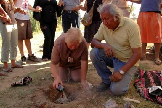 En la fotografía: Gladis Roa, del pueblo guaraní, y Mario Barrios en la primera ceremonia del Movimiento en Defensa de la Pacha en Punta Querandí, el 4 de enero de 2009. (Nicolas Parodi, Indymedia)