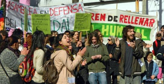 Cánticos. Frente al Municipio, los manifestantes reclamaron respuestas al intendente Guzmán.