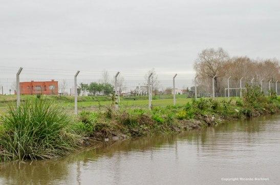 Además de alambrar hasta el Arroyo Garín, el barrio privado San Benito hizo canchas de fútbol donde debería funcionar la calle de uso público.
