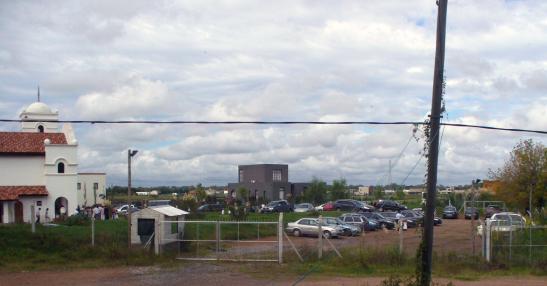 Así está la entrada del camino perimetral desde la calle Brasil: convertida en un estacionamiento para los feligreses de la capilla del Opus Dei que funciona dentro del barrio privado San Benito. Foto: Carlos Arrambide