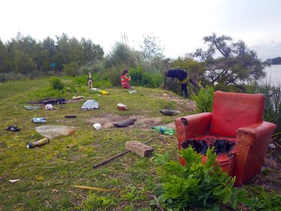 Limpieza de la costa del Canal Villanueva: una tarea tan ardua como necesaria.